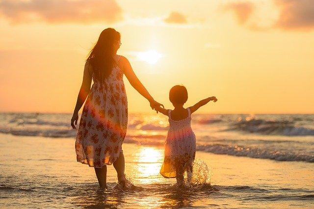 madre e hija camping playa